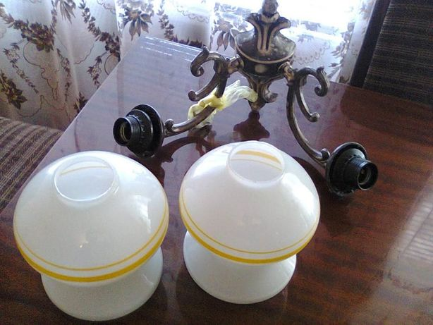 Продается белый стеклянный светильник на 2 лампочки ( на стену )