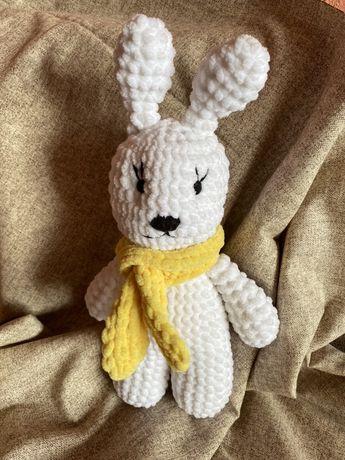 Вязанная мягкая плюшевая игрушка заяц