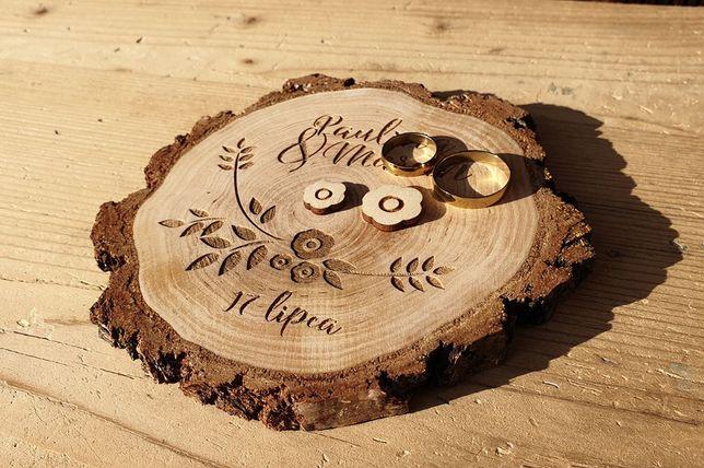 Podstawka na obrączki – drewniana, z grubą korą