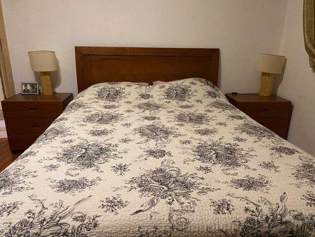 cama de casal com duas mesas de cabeceira