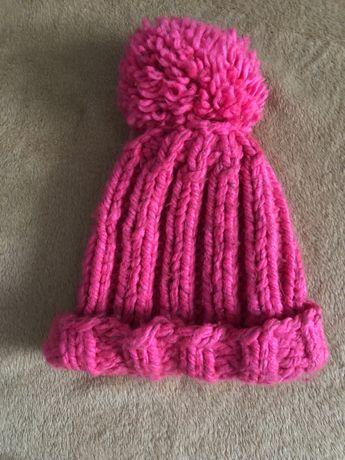 Яркая розовая шапка с помпоном