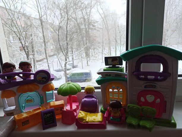 Игрушечный домик и кафе с мебелью и игрушечными человечками