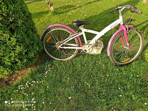 Sprzedam rower b'twin wraz z koszem, kaskiem i ochraniaczami !!!