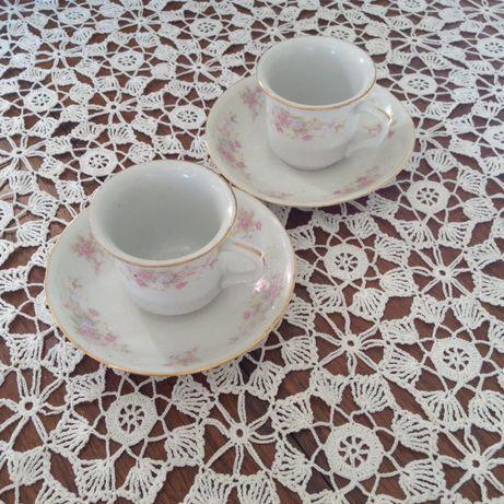 Duas chávenas de café com pires muito antigas em porcelana chinesa