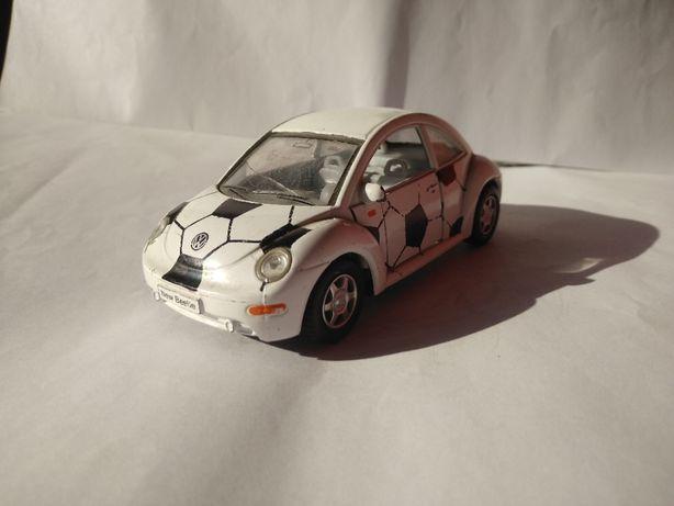 Model Metalowy Volksvagen New Beetle Garbus Piłka otwierane drzwi