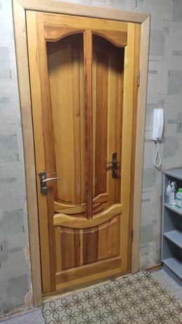 Входная, двойная деревянная дверь