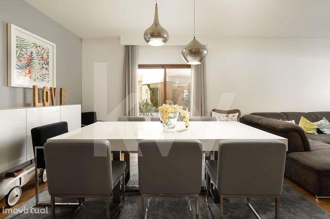 Apartamento T3 - Condomínio Fechado com Piscina e Garagem em Box