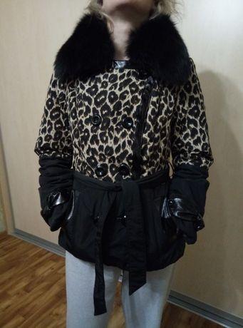 Продам осеннею женскую куртку 44-46 размера с песцовым воротом