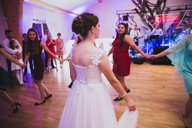 Suknia ślubna biała z koronką.