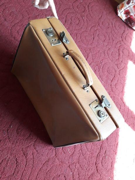 Duża walizka z czasów PRL