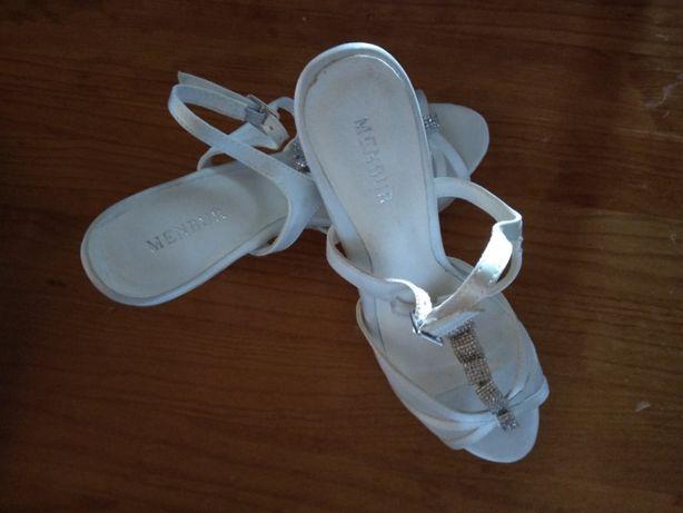 Sandálias brancas com brilhos