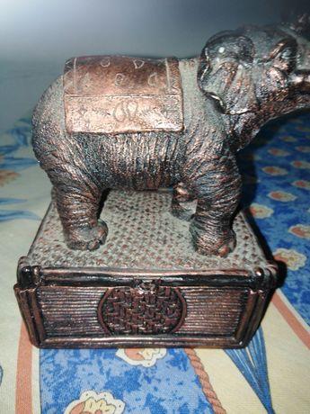 Szkatułka z figurką słonia