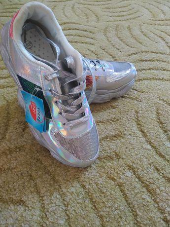 Нові жіночі кросівки