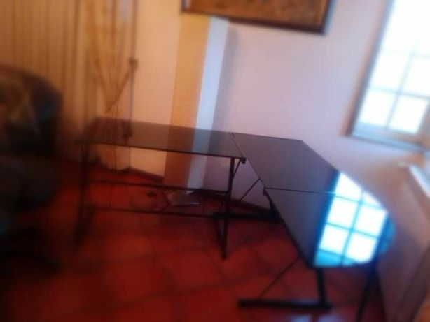 Secretaria de vidro grande e cadeira