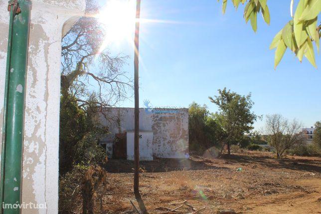 Terreno urbano com ruina nas Ferreiras - Albufeira