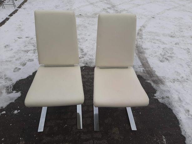 Dwa krzesła białe