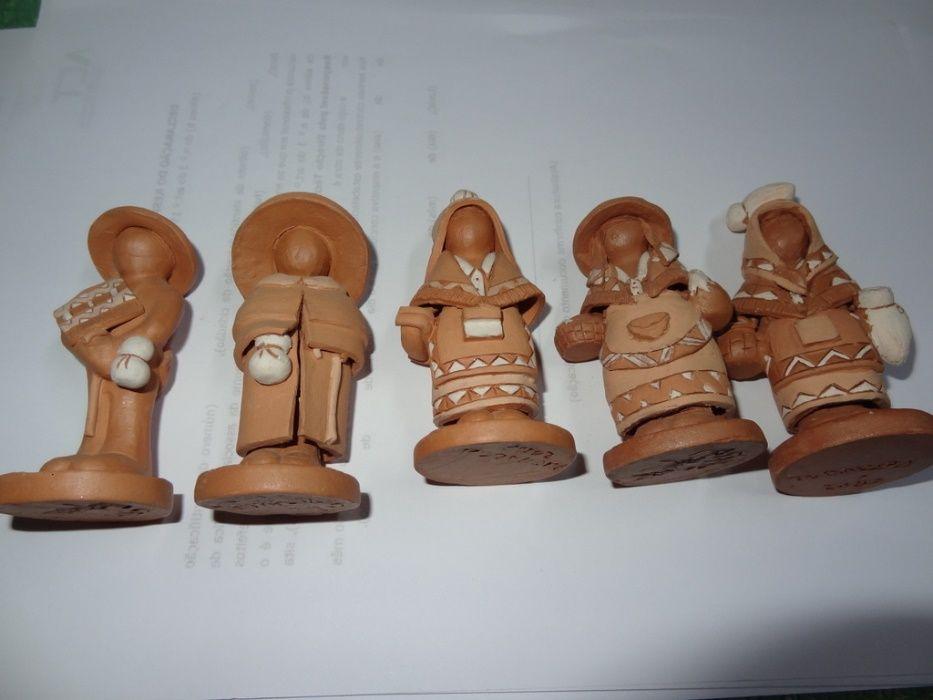 esculturas 5 em barro trajos regionais, novos Corroios - imagem 1