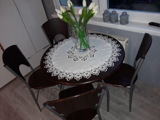 Stół i krzesła.