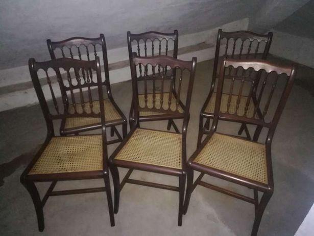 Cadeiras em madeira e palinha