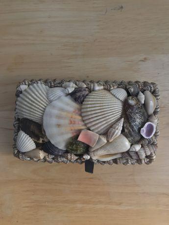 Caixa guarda-jóias de conchas e búzios