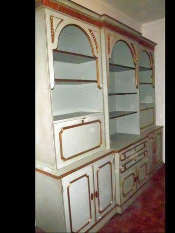 lindo antigo móvel de sala em madeira pintado para restauro