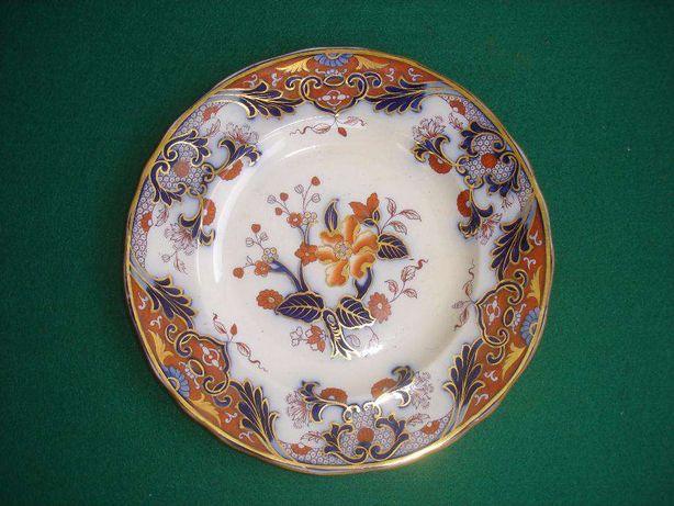 Três pratos e duas taças em porcelana oriental