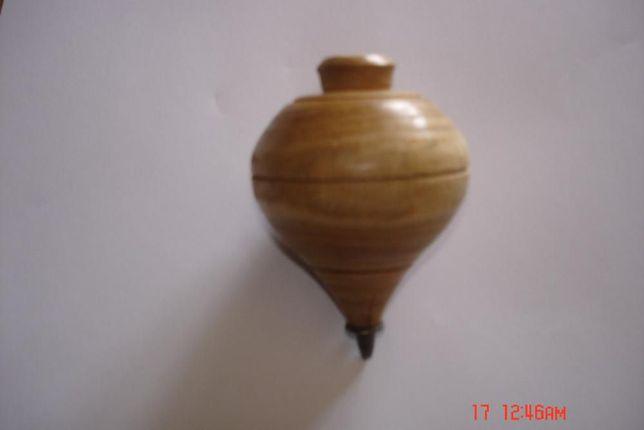 Peão em madeira antigo
