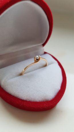Piękny delikatny złoty pierścionek