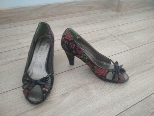 buty na obcasie w kwiatki