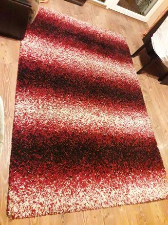 Puchaty czerwono-czarno-biały dywan