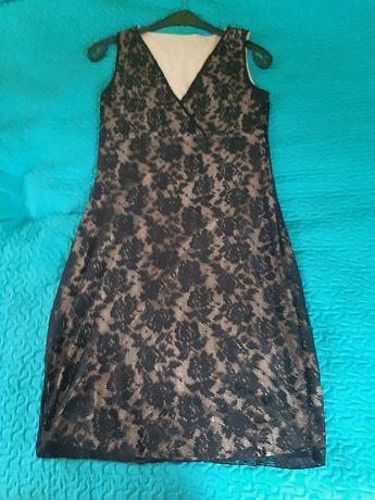 czarna koronkowa sukienka bez rękawów