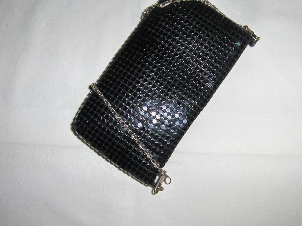 Mala preta, tipo pochete com corrente em dourado