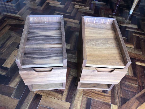 2 mesas de cabeceira de nogueira