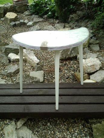 elegancki, smukły stolik na trzech nogach
