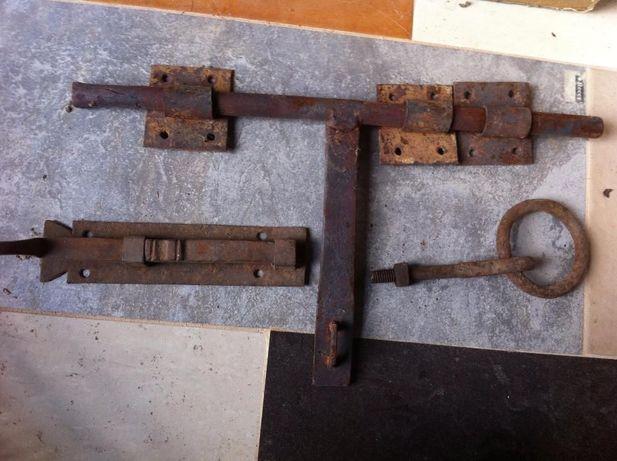 Ferrolho e tranca de portão muito antigos