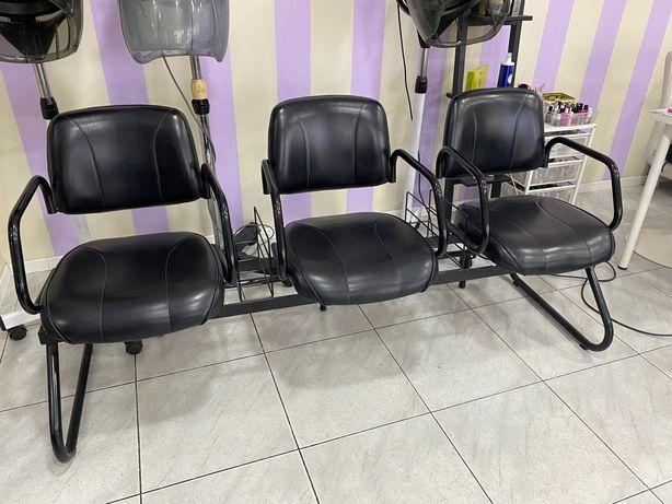 Cadeiras de espera de cabeleireiro em ótimo estado
