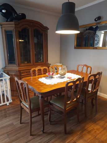 Komplet mebli meble styl. Stół z krzesłami dwie witryny komoda