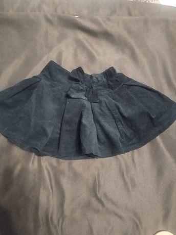 Spódniczka czarna z cienkiego sztruksu na podszewce , rozkloszowana.