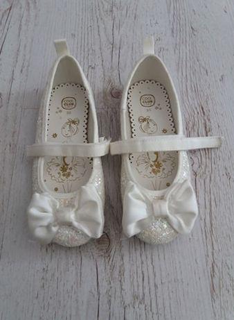 Białe buty baleriny