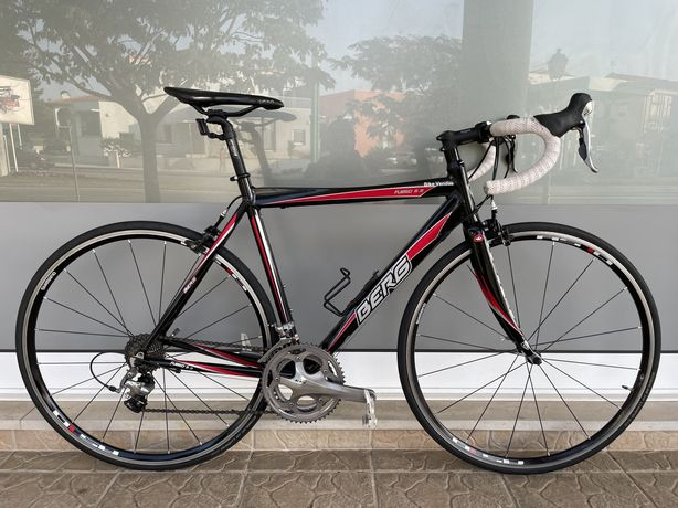Bicicleta de estrada bem equipada