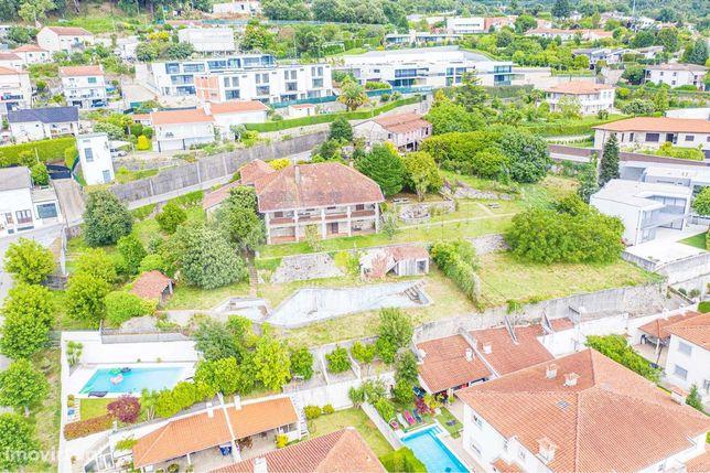 Quinta em Nogueiró com 4 artigos urbanos e 2652m2 de terreno, na encos