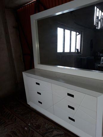 Biała komoda z dużym lustrem