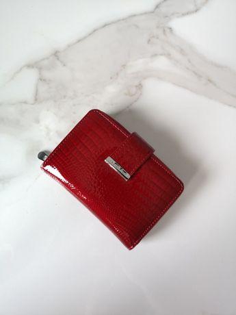 czerwony elegancki damski portfel skórzany