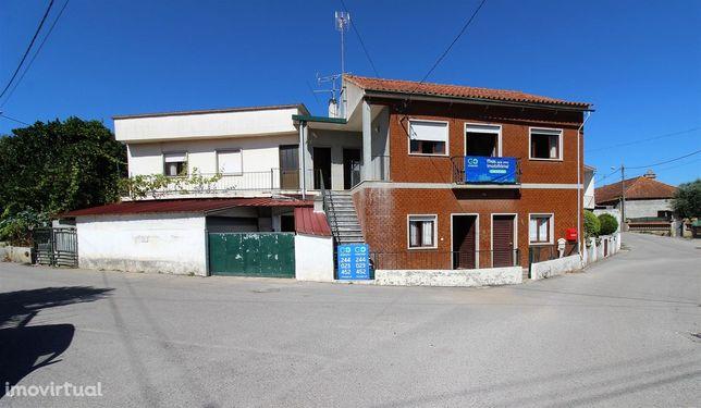 Moradia T5 independente com 2 pisos, no centro da Parracheira, Arrabal