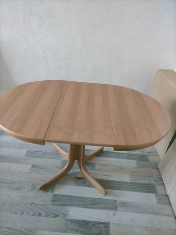 Stół drewniany (olcha) rozkładany z czterema krzesłami