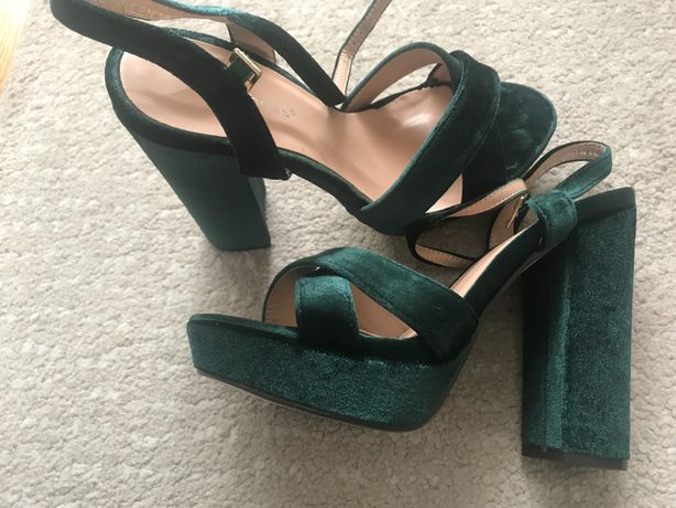 Sandálias novas tamanho 38