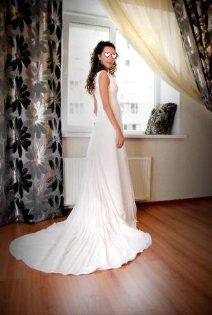 Продам весільну сукню зі шлейфом