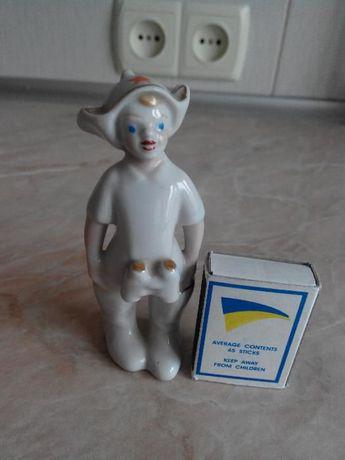 Фарфоровая статуэтка, мальчик в буденовке с биноклем ретро ссср