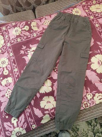 Штаны зеленого цвета с карманами