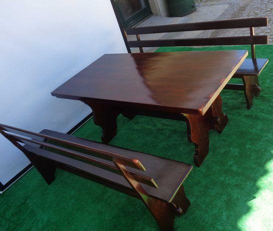 Mesa rústica com dois bancos com costas impecável